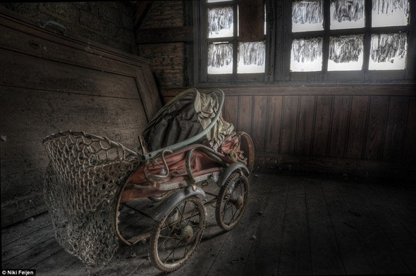Haunting images of abandoned farm houses